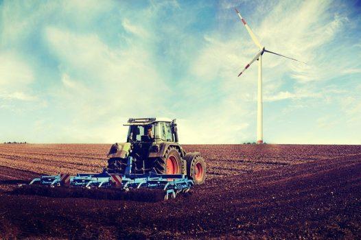 champ_tracteur_eolienne